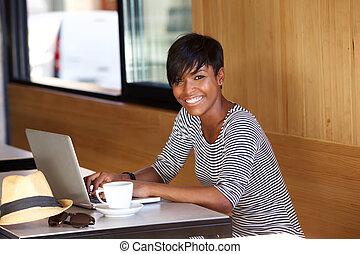 vrouw, draagbare computer, jonge, black , gebruik, het glimlachen