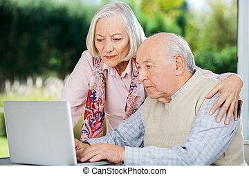 vrouw, draagbare computer, serieuze , gebruik, hogere mens