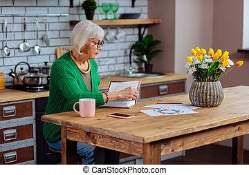 vrouw, draaien, betrokken, recept, boek, silver-haired, pagina's, bril