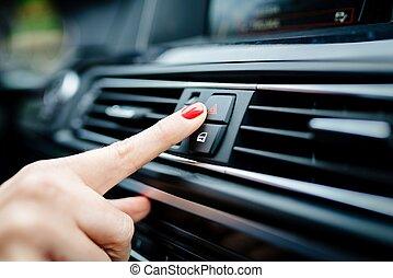 vrouw, draaien, op, de, noodgeval, lichten, in, de, auto.