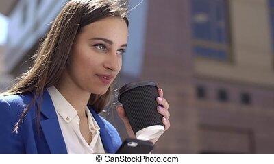 vrouw, dranken, koffie, vasthouden, een, iphone, in, haar, hand
