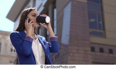 vrouw, dranken, koffie, vasthouden, een, telefoon, in, haar, hand