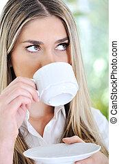 vrouw, drinkende koffie, closeup
