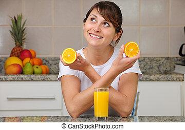 vrouw, drinkt, fruitsap, in de keuken