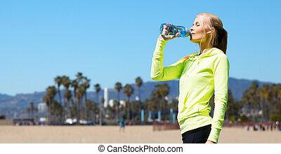vrouw, drinkwater, na, doen, sporten, buitenshuis