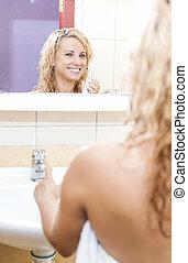 vrouw, elektrisch, moderne, tandenborstel, bathroom., het glimlachen, kaukasisch
