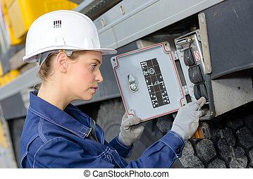 vrouw, elektromonteur, elektrisch, utdoors, toonbank, inspecteren, ingenieur
