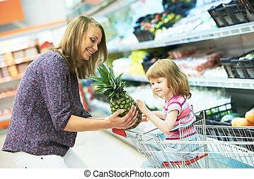 vrouw, en, klein meisje, shoppen , vruchten