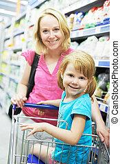 vrouw, en, klein meisje, vervaardiging, shoppen