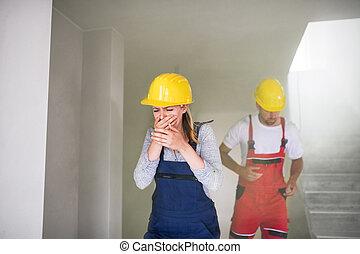 vrouw en man, werkmannen , rennende , van, de, gebouw stek, coughing.