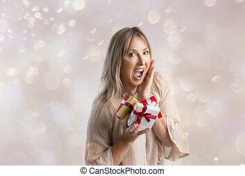 vrouw, enig, kadootjes, vasthouden, kerstmis, verwonderd