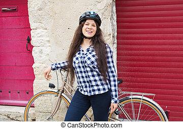 vrouw, fiets, nakomeling kijkend, fototoestel, het glimlachen