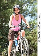 vrouw fietsen, in, de, bos