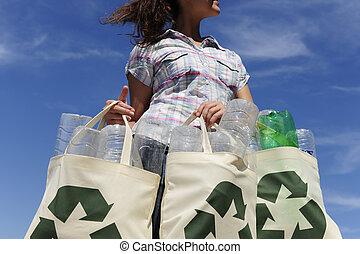 vrouw, flessen, recycling:, plastic zak, vasthouden
