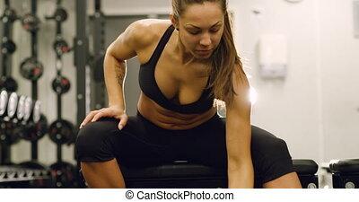 vrouw, focsued, gezonde , gym, liften, gewichten, fitness