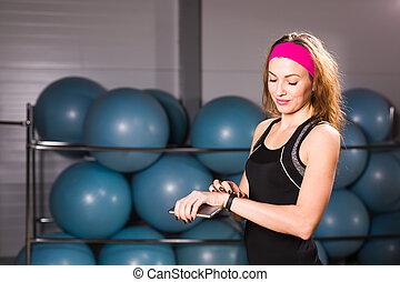 vrouw, gebruik, activiteit, tracker, of, gehoorde snelheid, monitor., binnen, fitness, concept