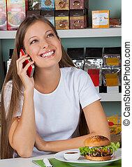 vrouw, gebruik, cellphone, bij lijst, in, supermarkt