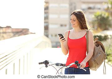 vrouw, gebruik, een, smart, telefoon, wandelende, met, een, fiets