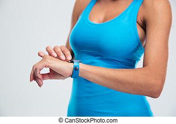 vrouw, gebruik, fitness, tracker, op, pols