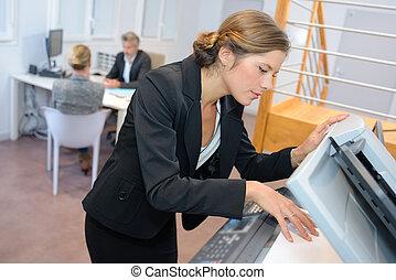 vrouw, gebruik, fotokopieerapparaat