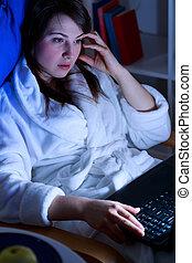 vrouw gebruik laptop, op de avond