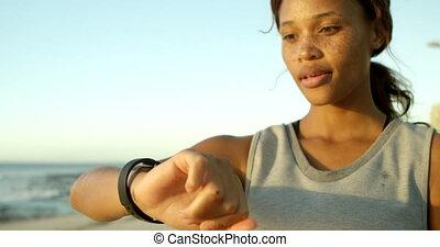 vrouw, gebruik, smartwatch, in, de, strand, 4k