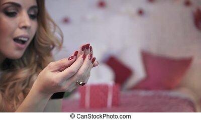 vrouw, gekleurde, mo, lights., jonge, vertragen, blazen, confetti, kerstmis