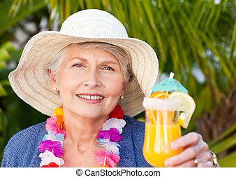 vrouw, gepensioneerd, cocktail, zon, onder, drinkt