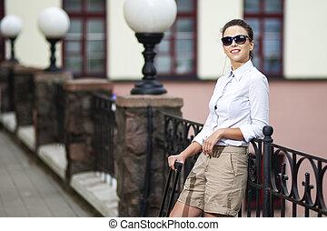 vrouw, geval, het poseren, mensen, gedurende, reizen, moderne, jonge, kaukasisch, traveling., rol, buitenshuis, zonnebrillen, haar