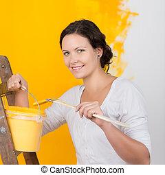 vrouw, geverfde, emmer, gele, muur, tegen, penseel