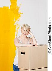 vrouw, geverfde, gele, muur, dozen, tegen, helft, karton