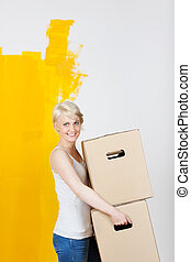 vrouw, geverfde, tegen, muur, dozen, verdragend, gele, helft, karton