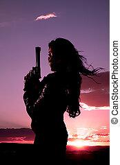 vrouw, geweer, haar, blazen, ondergaande zon
