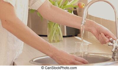 vrouw, gieten, glas water