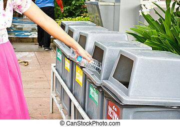 vrouw, gooien, plastic flessen, in, recycling, prullenbak