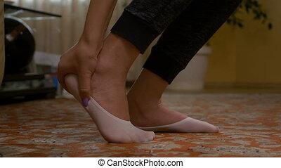 vrouw, grit, voet, wrijven, sprained, wond, closeup, enkel,...