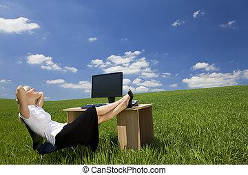 vrouw, groene, kantoor, relaxen