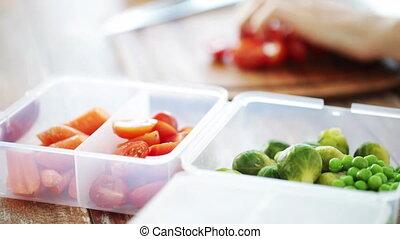 vrouw, groentes, op, het hakken, afsluiten, thuis