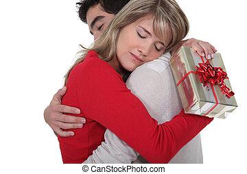 vrouw, haar, cadeau, bedanken, zijn, boyfriend