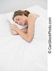 vrouw, haar, dekking, bed, slapende, onder, witte , mooi en gracieus, het liggen