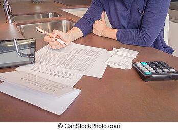 vrouw, haar, gescheiden, maandelijks, werkloos, schulden, het herzien, rekeningen