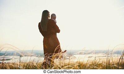 vrouw, haar, houden, tegen, arms., kind, achtergrond,...