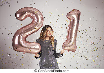 vrouw, haar, jonge, vieren, jarig, ballons, vrolijke
