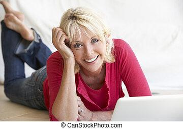 vrouw, haar, leeftijd, middelbare , computer, draagbare ...