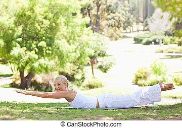 vrouw, haar,  park, oefeningen, het glimlachen, Bovenkant, aanzicht