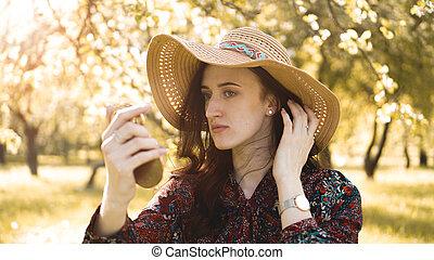 vrouw, haar, repareren, opmaken, nakomeling kijkend, mooi, spiegel, afsluiten, hoedje