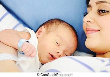 vrouw, haar, ziekenhuis, pasgeboren, vasthoudende baby