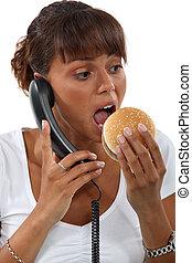 vrouw, hamburger, klesten, telefoon, terwijl, eten