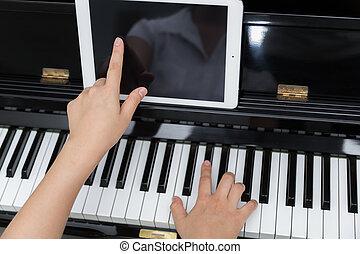 vrouw, hand, gebruiken, tablet, en, spelende piano, muziek