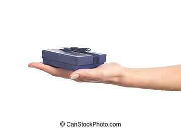 vrouw, hand houdend, een, blauwe , giftdoos